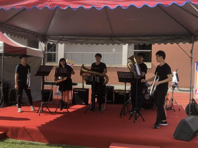 管樂社於校慶園遊會主舞台表演中